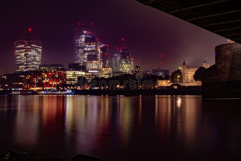 Nachtcity-scape Weergeven van de Zuidenkust van de Rivier Theems Londen stock fotografie