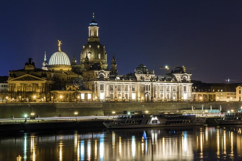 Nachtcityscape mening van historische gebouwen met bezinningen in Elbe rivier in het centrum van Dresden & x28; Germany& x29; royalty-vrije stock afbeelding