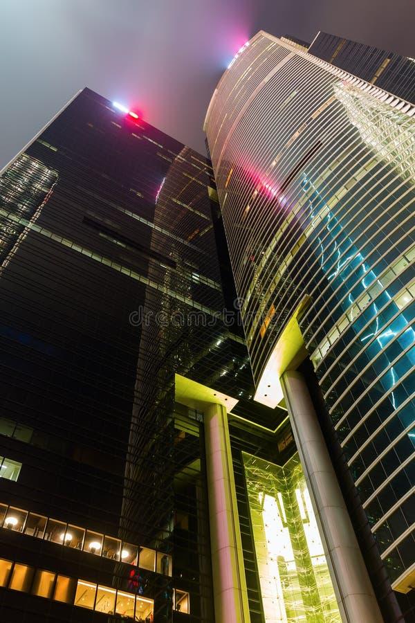 Nachtcityscape met wolkenkrabbers in Hong Kong stock fotografie
