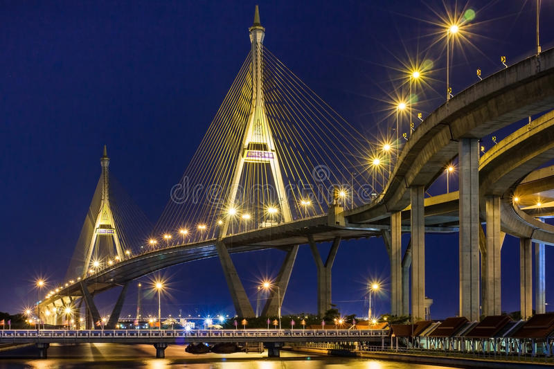 Nachtcityscape van Bhumibol-Brug over Chao Phraya River, Verbod royalty-vrije stock afbeelding