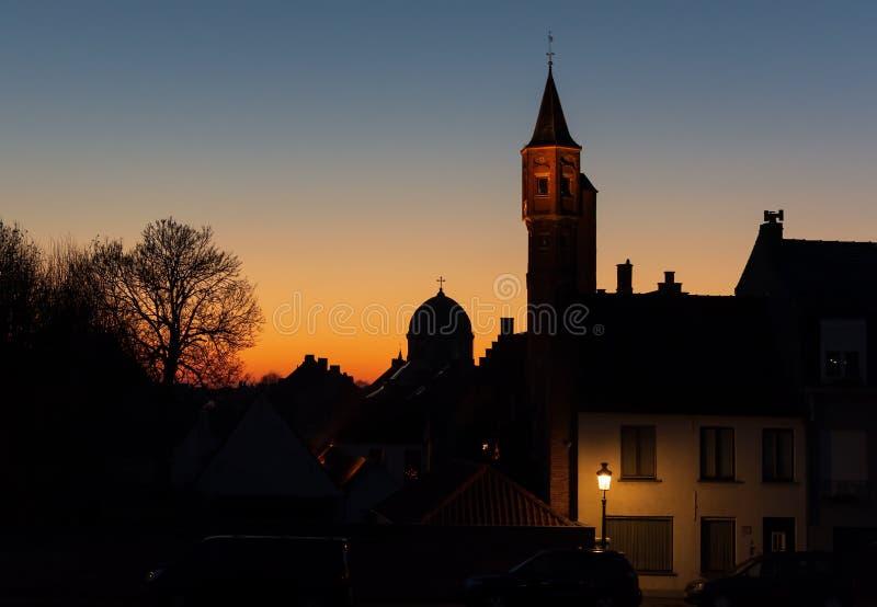 Nachtcityscape van de stad van Brugge in dark stock fotografie