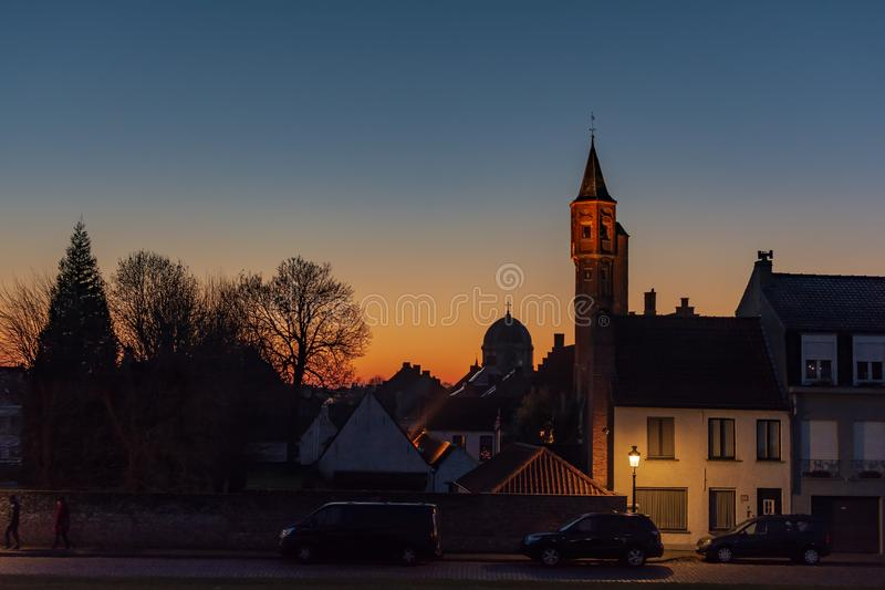 Nachtcityscape van de stad van Brugge in dark stock foto
