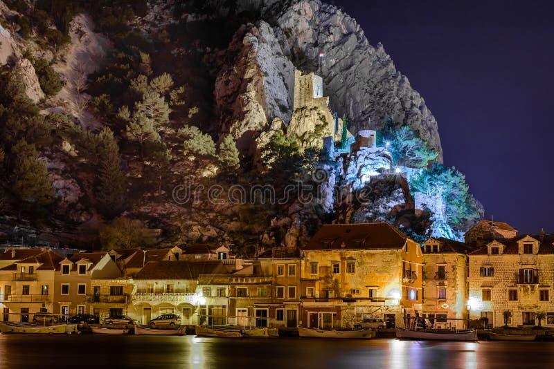 Nachtcityscape van stad van Omis, Kroatië stock afbeeldingen