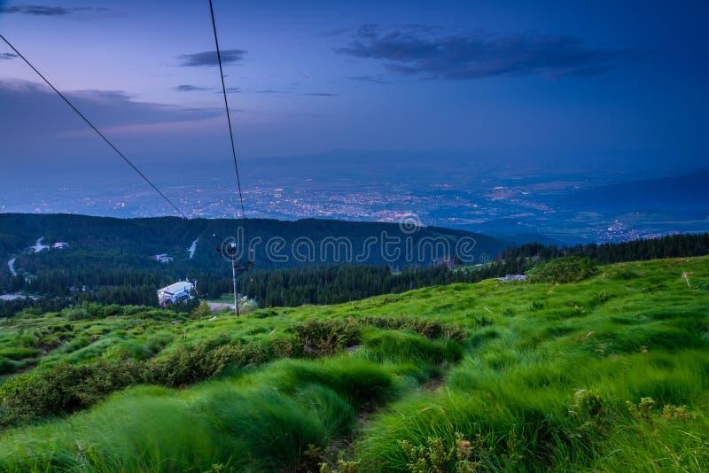 Nachtdalingen over Sofia, Bulgarije stock foto