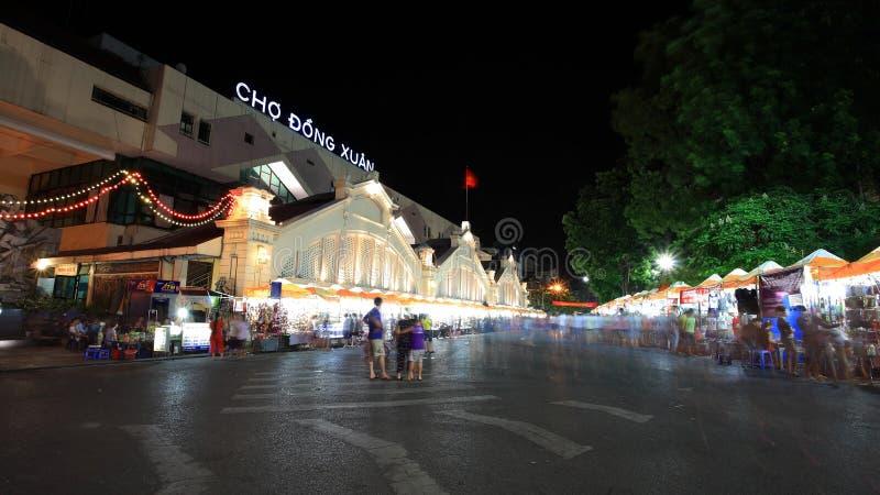 Nachteinkaufenmarkt am Cho Dong Xuan in Hanoi lizenzfreie stockfotos