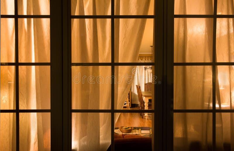 Nachtfenster lizenzfreies stockfoto