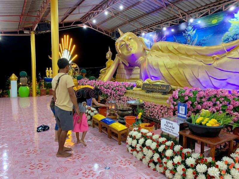 Nachtfestival des thailändischen Tempels und der Leute macht Respekt zu großem Tag Pranburi Thailand bhuddaon Makha Bucha am 21.  lizenzfreie stockfotos