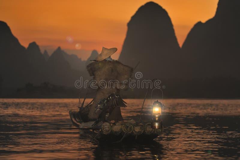 Nachtfischen mit Kormoranen auf dem Fluss Lijiang lizenzfreies stockfoto
