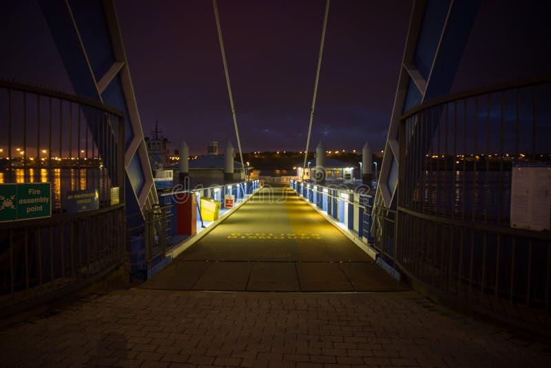 Nachtfluss-Fährenlandung lizenzfreie stockfotografie