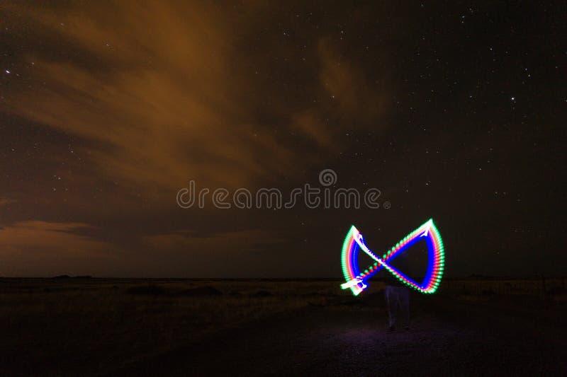 Nachtfoto eines Mannes, der helle Malerei macht lizenzfreie stockfotografie