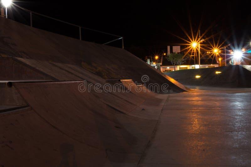 Nachtfoto eines Patagonier-skatepark lizenzfreie stockfotos