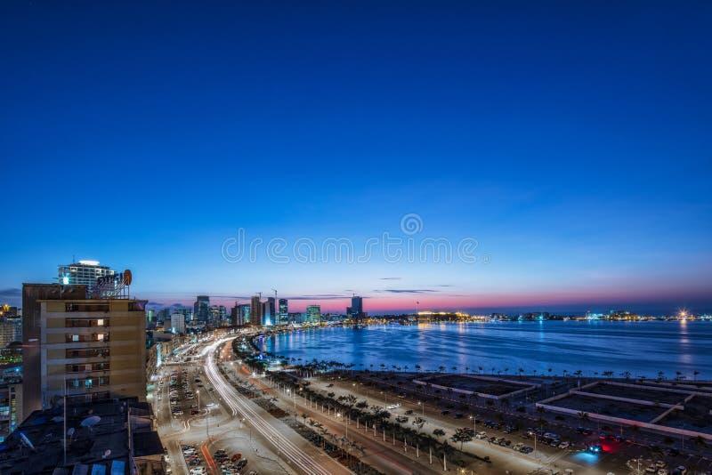 Nachtfoto in lange blootstelling aan de baai van Luanda angola afrika royalty-vrije stock fotografie