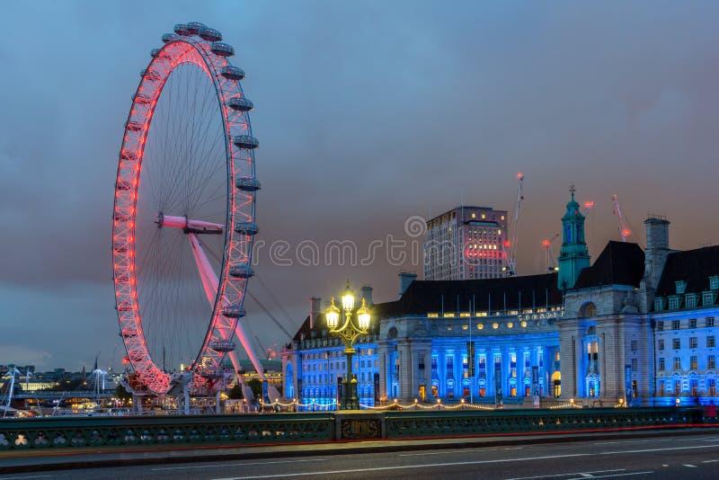 Nachtfoto van het Oog van Londen en het Provinciehuis van de brug van Westminster, Londen, Engeland, Grote Brit stock foto