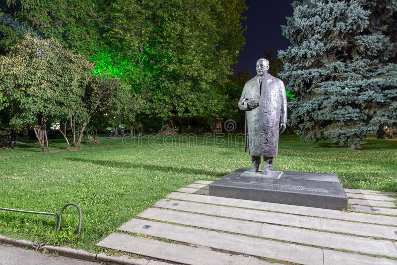 Nachtfoto van Monument van Atanas Burov in Sofia, Bulgarije royalty-vrije stock foto's
