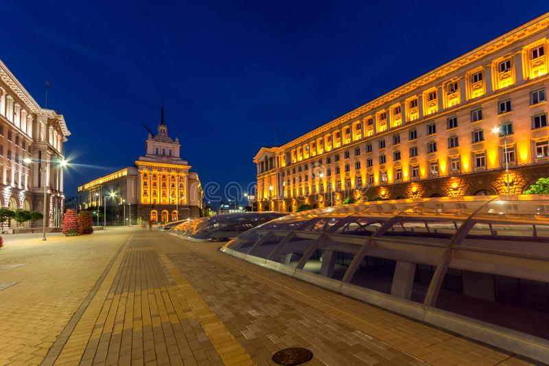 Nachtfoto von Gebäuden des Vorsitzes, von Gebäuden des Ministerrats und von ehemaligem Kommunist-PA lizenzfreies stockbild