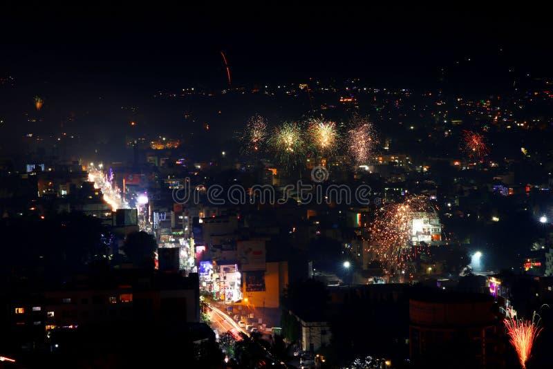 Nachtfoto von Satara-Stadt, Indien während Diwali lizenzfreies stockfoto