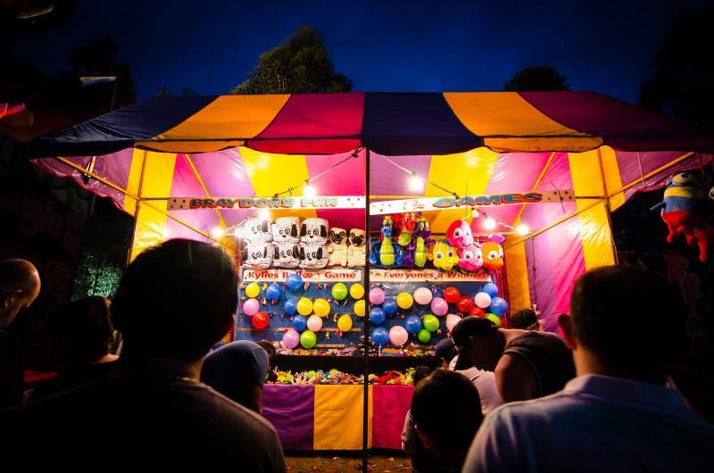 Nachtfotografie van de Kleurrijke winnende prijzen van de Spelcabine voor poppen bij communautaire pretmarkt, Parramatta-park stock fotografie