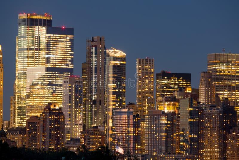 Nachtfotowolkenkratzer von New York City stockbild
