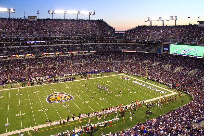 Nachtfußball-Dämmerung NFL-Montag in Baltimore lizenzfreie stockfotografie