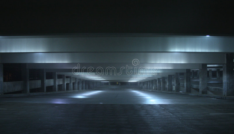 Nachtgarage lizenzfreies stockfoto
