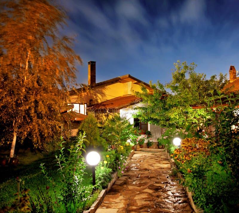 Nachtgarten stockbild