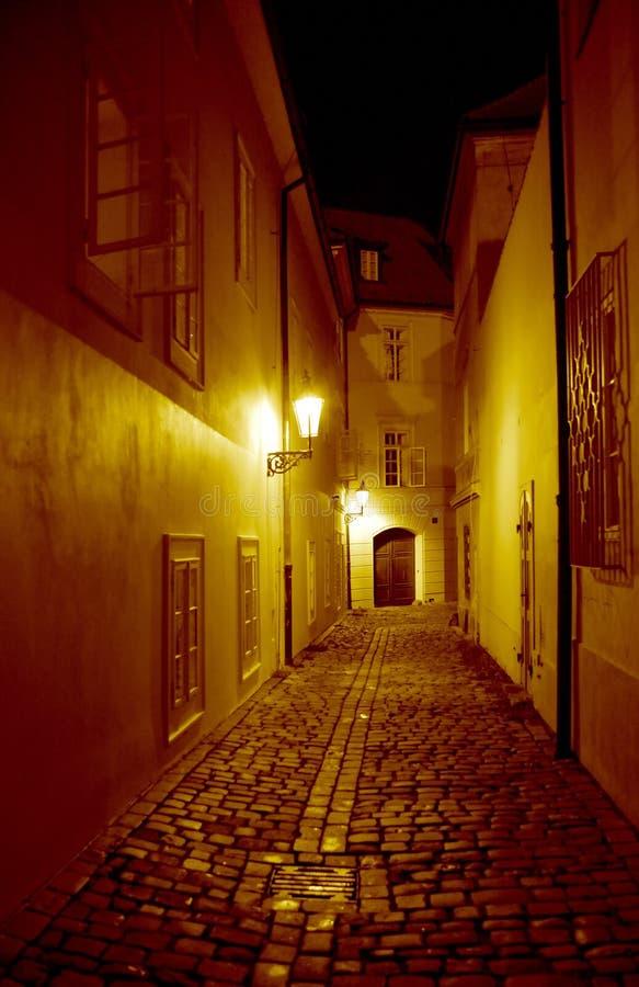 Nachtgasse in Prag lizenzfreies stockfoto