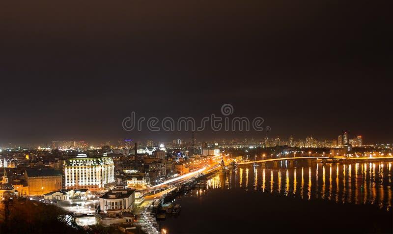 Nachtgroßstadt und breiter Fluss stockfotos