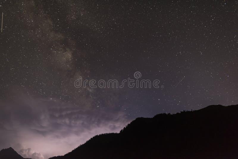 Nachthemel in bergen royalty-vrije stock foto's