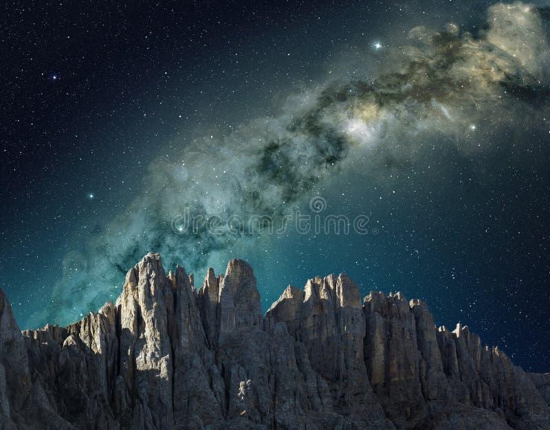 Nachthemel in berglandschap royalty-vrije stock afbeelding