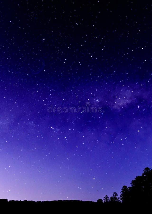 Nachthemel en Melkweg met Silhouetten royalty-vrije stock fotografie