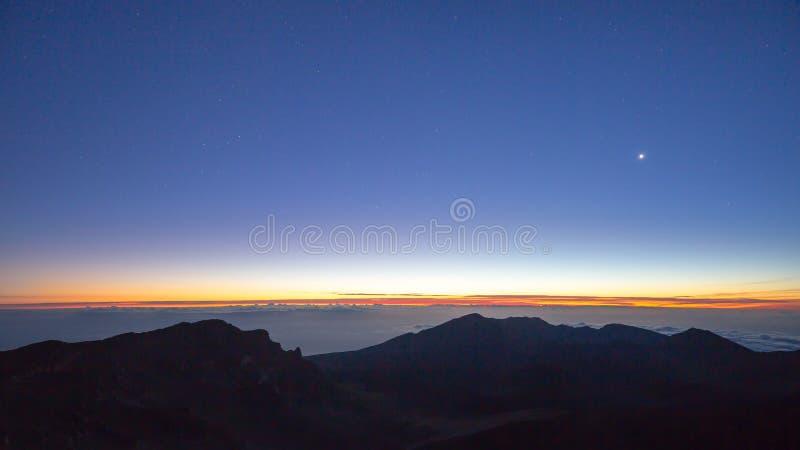 Nachthemel en zonsopgang van de Hawaiiaanse vulkaan van Haleakala op Maui stock afbeelding
