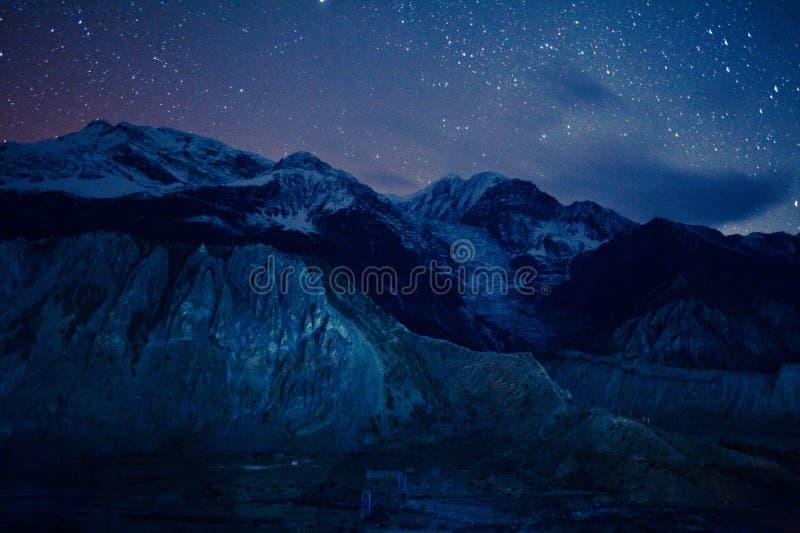 Nachthemel in Himalayagebergte stock afbeelding