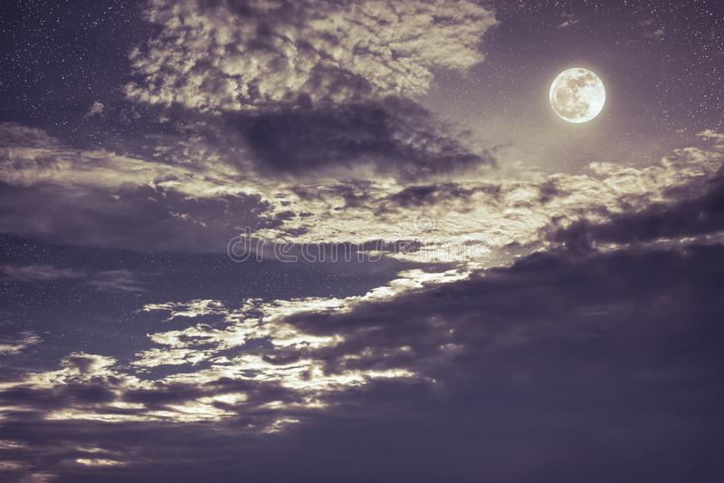 Nachthemel met heldere volle maan en donkere wolk, de achtergrond van de sereniteitsaard royalty-vrije stock afbeelding