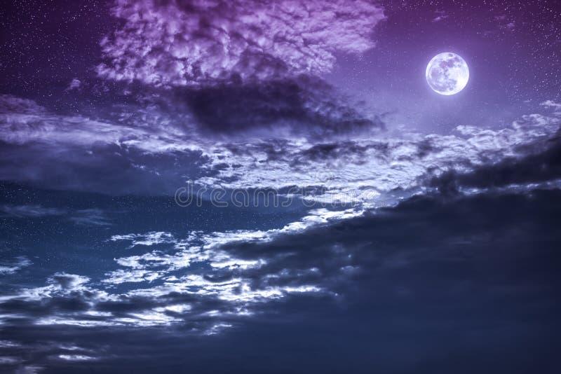 Nachthemel met heldere volle maan en donkere wolk, sereniteitsaard royalty-vrije stock afbeelding