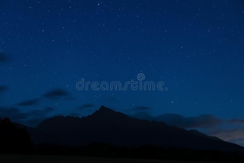 nachthemel met Krivan, Hight Tatras, Slowakije stock foto