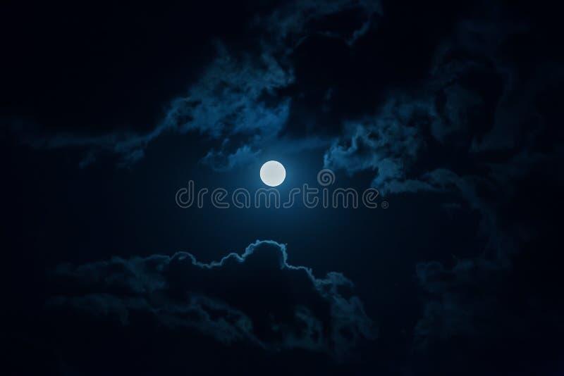 Nachthemel met maan en wolken stock afbeeldingen