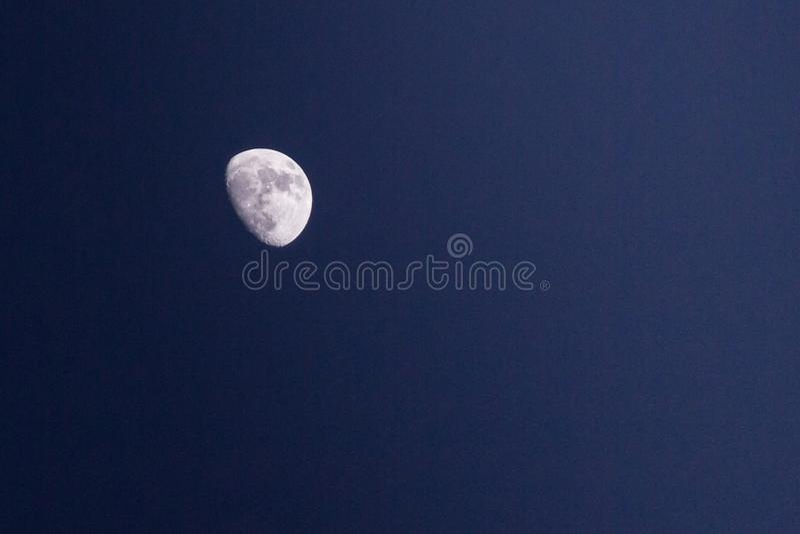 Nachthemel met maanlicht en het wijzen van op ruimte stock foto