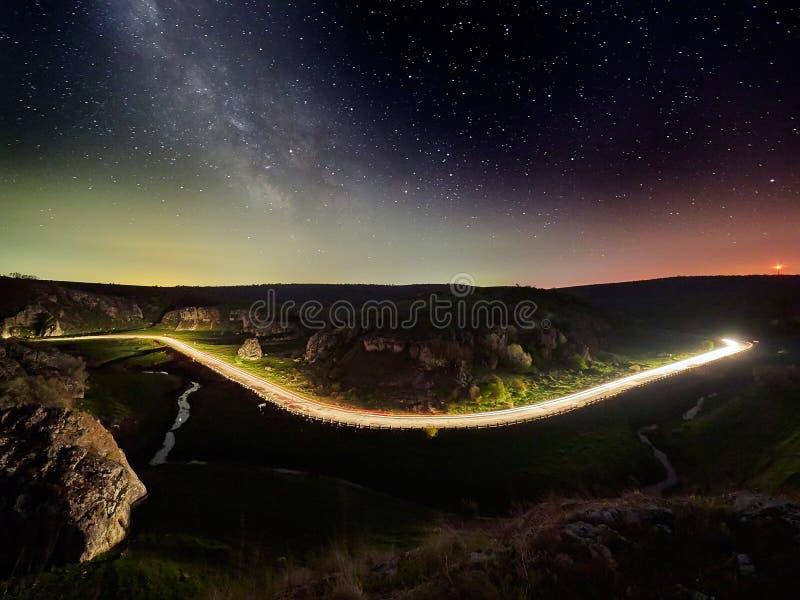 Nachthemel met melkachtige manier en sterren, nachtweg stock afbeeldingen