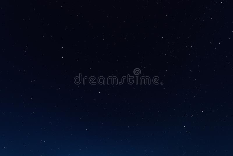 Nachthemel met sterren en melkweg in kosmische ruimte, heelalachtergrond stock foto's