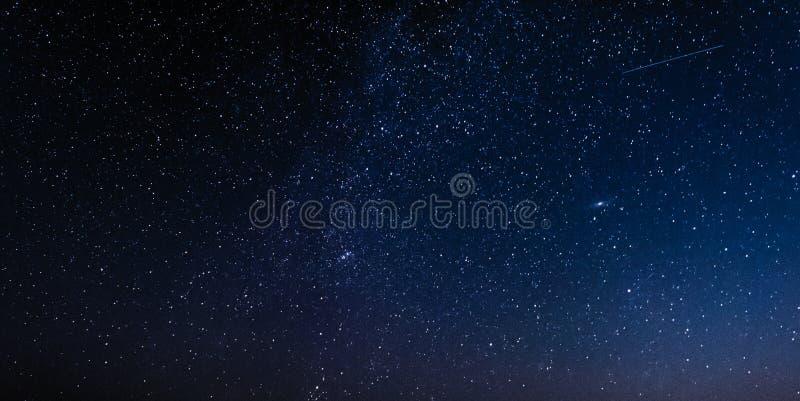 Nachthemel met sterren en melkweg in kosmische ruimte, heelalachtergrond stock fotografie