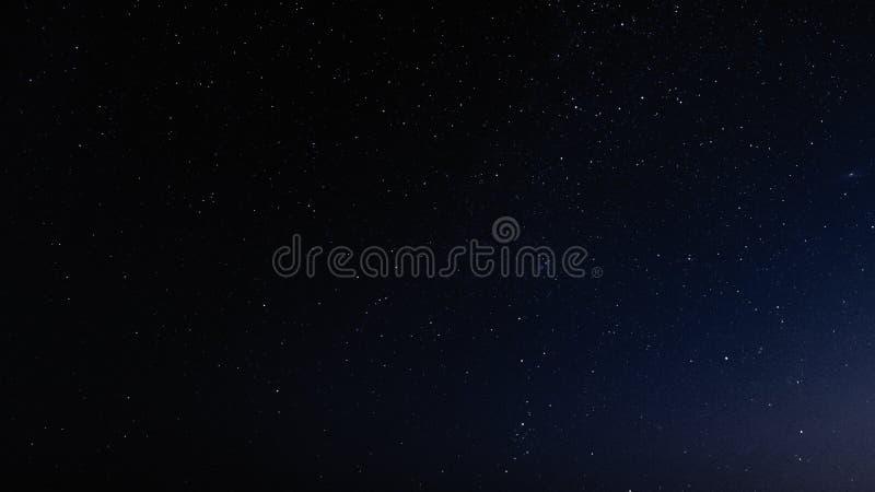 Nachthemel met sterren en melkweg in kosmische ruimte, heelalachtergrond royalty-vrije stock foto's