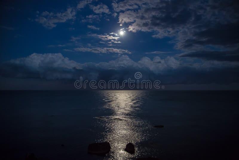 Nachthemel met volle maan, mooie wolken stock fotografie