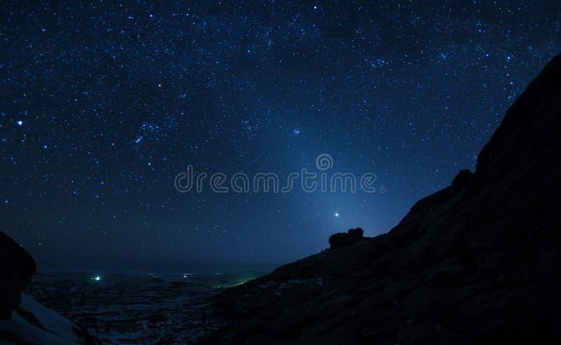 Nachthemel in woestijnbergen royalty-vrije stock foto