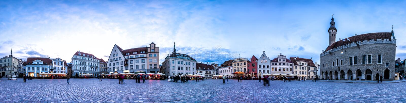 Nachthorizon van de Stad Hall Square, Estland van Tallinn royalty-vrije stock fotografie