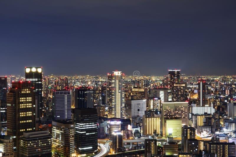 Nachthorizon van de stad van Osaka De bouw van de Umedahemel in Japan stock afbeeldingen