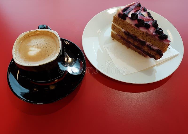 Nachtisch, Heidelbeerkuchen und brauner Keks mit einem Tasse Kaffee lizenzfreie stockfotos