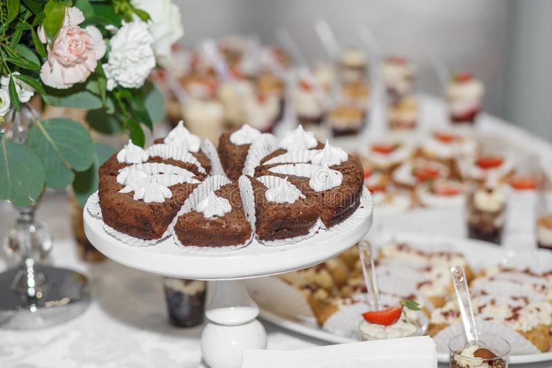 Nachtisch Köstlicher kleiner Kuchen auf dem Tisch lizenzfreie stockfotos