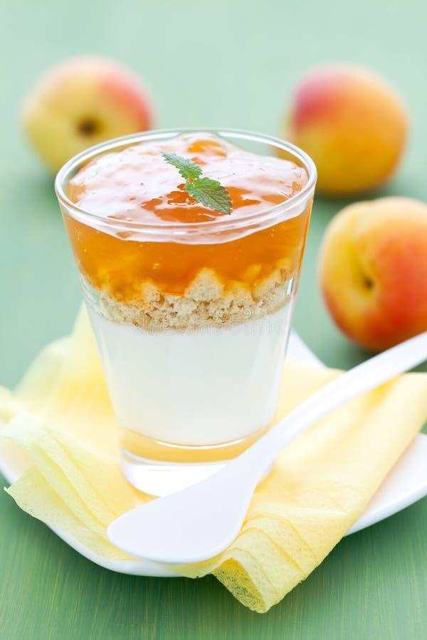 Nachtisch mit Aprikose stockfoto