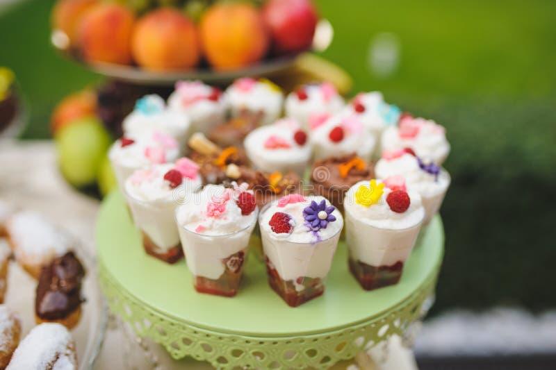 Nachtisch mit Früchten und Creme lizenzfreie stockfotografie