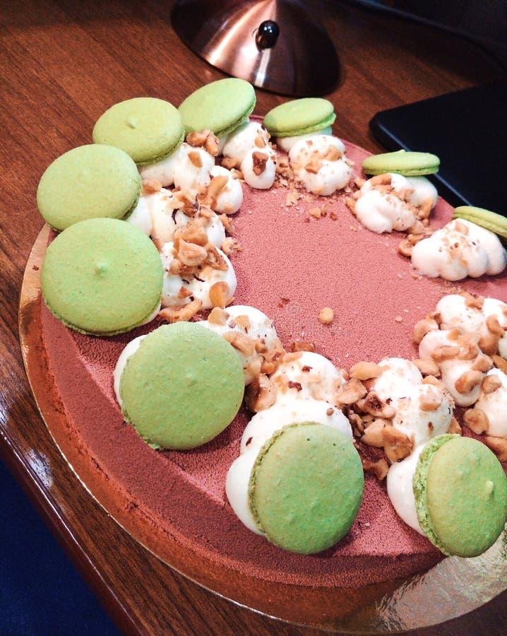 Nachtisch-Nahrungsmittelfoto der süßen rosa Meringecremenuß der Geburtstagskuchen-Grünmakrone weißen geschmackvolles stockfoto